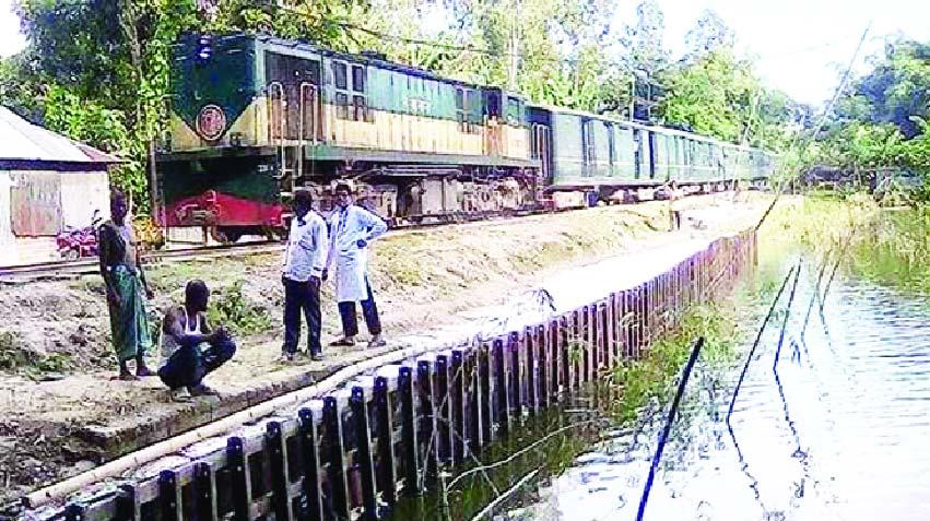 উলিপুরে বালু উত্তোলন করায় ঝুঁকিপূর্ণ হয়ে পড়েছে রেলপথ